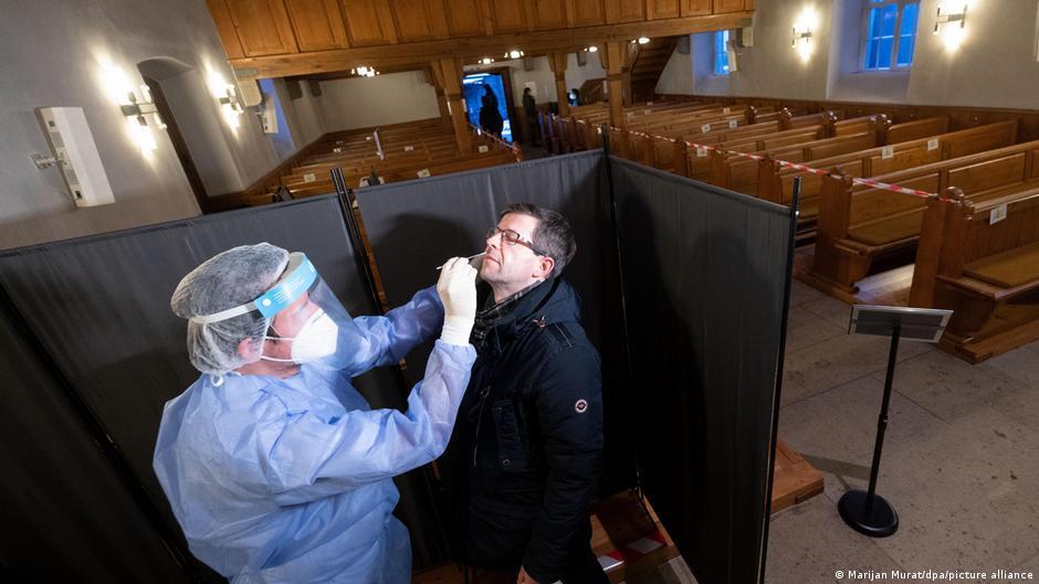 Alemania I Test de coronavirus tomado por personal de salud en un centro improvisado en una iglesia de Alemania.