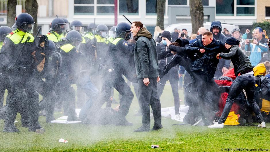 Paises Bajos Los Países Bajos están comenzando a aliviar lentamente las restricciones que anteriormente habían dado lugar a protestas violentas.